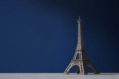 SouvenirEiffeltorn på ett mörker - blå bakgrund Royaltyfri Bild