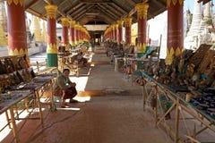 Souvenirgatan shoppar i Myanmar Royaltyfria Foton