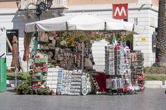 Souvenirkiosklager i Rome (spanjoren kvadrerar), Royaltyfria Bilder