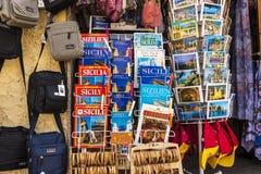 Souvenirladen in Cefalu in Sizilien, Italien Lizenzfreies Stockfoto