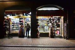 Souvenirladen nachts, Brüssel Stockbild