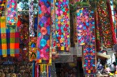 Souvenirlager med det traditionella mexicanska handgjorda hantverket Arkivbild