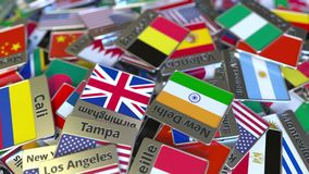 Souvenirmagnet eller emblem med den Bryssel text och nationsflaggan bland olika Resa till begreppsmässiga Belgien stock video