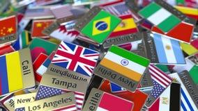 Souvenirmagnet eller emblem med den Rio de Janeiro text och nationsflaggan bland olika Resa till begreppsm?ssiga Brasilien arkivfilmer