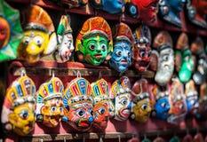 Souvenirmaskeringar på den Nepal marknaden royaltyfri foto