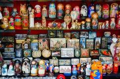 Souvenirs à vendre sur la rue, St Petersburg, Russie Image stock