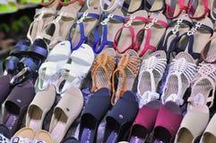 Souvenirs à vendre sur un marché proche au Vietnam Image stock