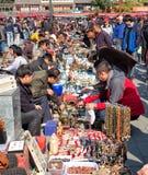 Souvenirs au marché antique de Pékin à Pékin Images stock