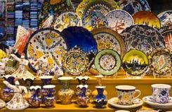 Souvenirs colorés de poterie de Turkisk dans le bazar grand Image libre de droits