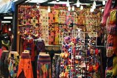Souvenirs colorés vendus sous le nom de souvenir de marchandises sur le marché de Chinatown Photo libre de droits