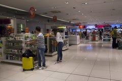 Souvenirs d'achat de passagers dans la boutique hors taxe d'aéroport Photo stock