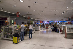 Souvenirs d'achat de personnes dans la boutique hors taxe, Guarulhos Image libre de droits