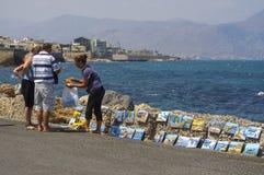 Souvenirs d'achat de personnes près de littoral de Héraklion Image libre de droits