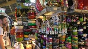 Souvenirs d'achat de touristes au marché au Vietnam banque de vidéos