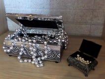 Souvenirs d'argent et de bronze Cadres décoratifs Bijoux faits de perles photo libre de droits