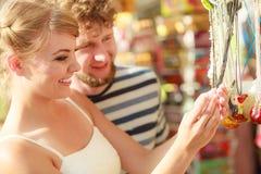 Souvenirs de achat de jeunes couples extérieurs Photos stock