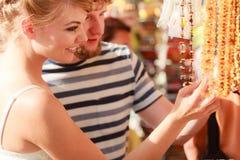 Souvenirs de achat de jeunes couples extérieurs Photo stock