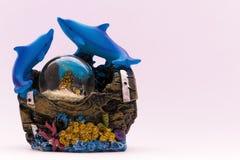 Souvenirs de mer de dauphins de globes de neige Photographie stock libre de droits