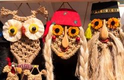 Souvenirs drôles faits main roumains traditionnels de masques Images stock