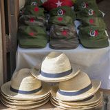 Souvenirs du Cuba - chapeaux avec le portrait et les chapeaux de paille de Che Guevara Photo libre de droits