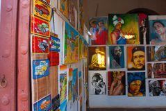 Souvenirs du Cuba Peintures cubaines avec des voitures et des maisons photo libre de droits