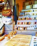 Souvenirs en bois et en cuir faits main au marché de Noël de Riga Image libre de droits