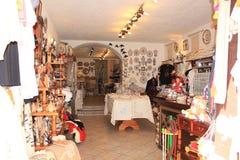 Souvenirs portugais traditionnels vendus dans Obidos village du Portugal d'obidos photographie stock libre de droits
