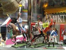 Souvenirs russes à vendre aux touristes dans la fenêtre de Gostiny Dvor sur Nevsky Prospekt - rue de touristes principale de St P Photo stock