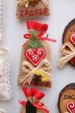 Souvenirs sur la stalle avec des décorations pendant des vacances d'hiver au marché annuel traditionnel de Noël à Zagreb photographie stock libre de droits