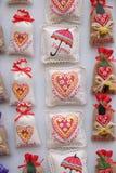 Souvenirs sur la stalle avec des décorations pendant des vacances d'hiver au marché annuel traditionnel de Noël à Zagreb photographie stock