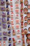Souvenirs sur la stalle avec des décorations pendant des vacances d'hiver au marché annuel traditionnel de Noël à Zagreb photos stock