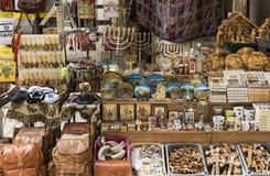 Souvenirsymboler av Israel som är till salu på marknaden i gammal stad av Jerusalem arkivbild