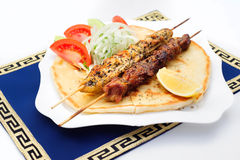Souvlaki или kebab, зажаренное мясо на хлебе пита с Стоковое фото RF