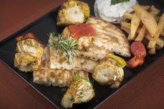 Souvlaki da galinha com batatas, molho do tzatziki e pão fritados 6 do pão árabe Imagens de Stock