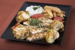 Souvlaki da galinha com batatas, molho do tzatziki e pão fritados 7 do pão árabe Imagens de Stock