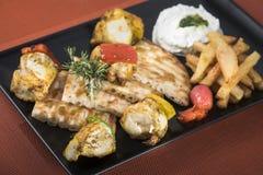 Souvlaki da galinha com batatas, molho do tzatziki e pão fritados 8 do pão árabe Imagens de Stock