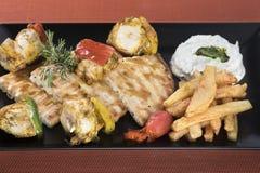 Souvlaki da galinha com batatas, molho do tzatziki e pão fritados 2 do pão árabe Imagens de Stock Royalty Free