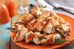 Souvlaki del pollo en los palillos del romero imagen de archivo