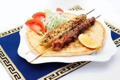 Souvlaki eller kebab, grillat kött på pitabröd med Royaltyfri Foto