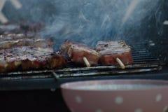 Souvlaki grec traditionnel de porc étant grillé sur le barbecue images stock