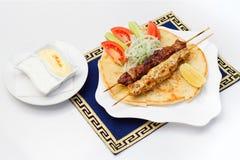 Souvlaki oder Kebab, gegrilltes Fleisch auf Pittabrot mit Lizenzfreie Stockfotos
