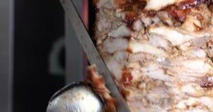 Souvlaki traditionnel d'aliments de préparation rapide de viande grecque de compas gyroscopiques clips vidéos
