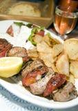Souvlaki van het varkensvlees met de wijnbrood van het tzatikihuis stock foto