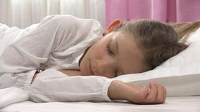 Sova barnet i säng, trött liten flickastående som vilar i sovrummet hemmastadd 4K lager videofilmer