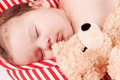 Sova behandla som ett barn gulliga små på rött, och vita band kudde Royaltyfria Bilder