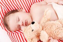 Sova behandla som ett barn gulliga små på rött, och vita band kudde Royaltyfri Fotografi