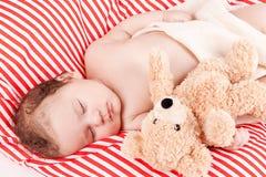 Sova behandla som ett barn gulliga små på rött, och vita band kudde Arkivbilder