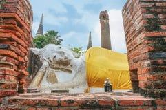 Sova Buddhastatyn på på Wat Yai Chaimongkhon Temple Royaltyfria Bilder