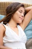 Sova den avslappnande härliga kvinnan som vilar dåsa Arkivbild
