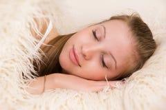 Sova den blonda kvinnan royaltyfri bild